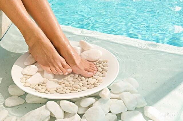 热水加什么泡脚好