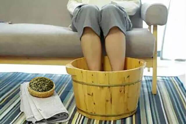 艾草泡脚多久能除湿气